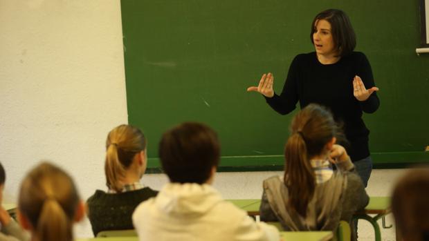 En las aulas cada vez se hace más hincapié en la enseñanza de inglés oral y en la presencia de profesores nativos