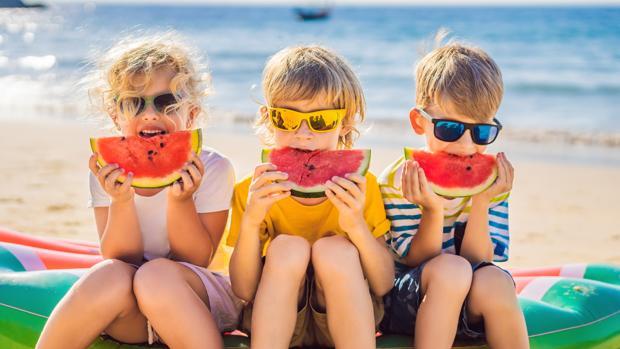 Poner a su alcance la fruta de un modo atractivo les ayuda a disfrutar de opciones saludables en verano