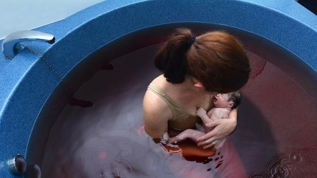 El parto en el agua es seguro tanto para la mujer como para el bebé