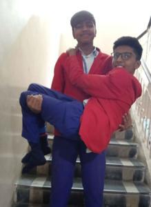 Gracias a la ayuda de sus amigos podía subir o bajar las escaleras del colegio