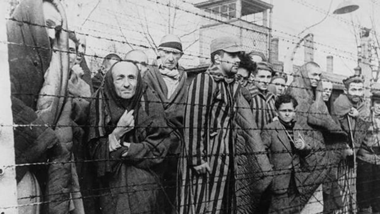 La masacre secreta de soldados soviéticos con la que los nazis iniciaron el  holocausto judío de Auschwitz La jefa adjunta de prensa del Departamento de Estado de Estados Unidos, Jalina Porter, confirmó este martes informes anteriores de los medios de comunicación de que un desconocido talló una esvástica en la pared de un ascensor en el edificio del Departamento.