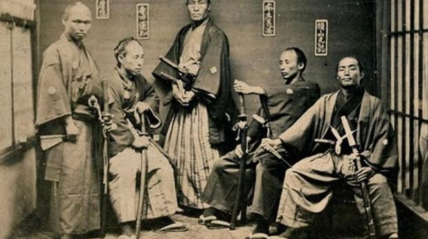 Instantánea que muestra a varios guerreros samuráis posando ante la cámara