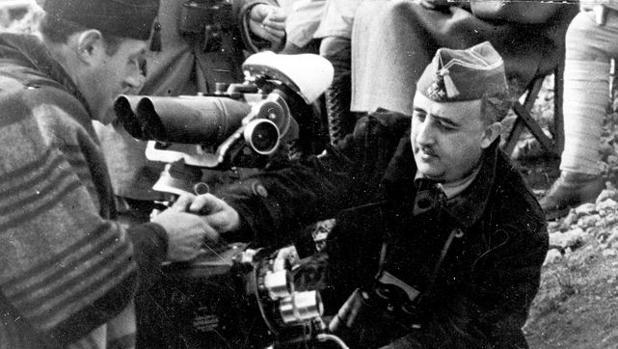 Franco, probando una cámara de cine. Imagen que fue usada para el libro de José María Caparrós y Magí Crusells