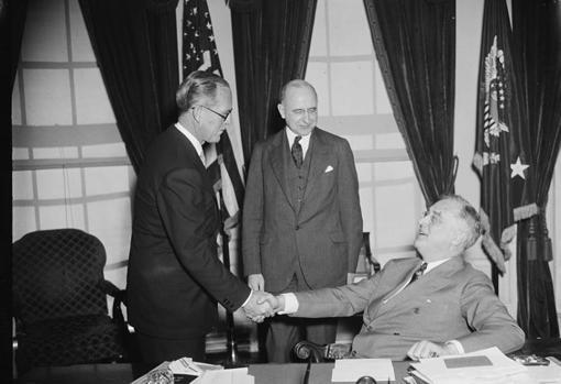 Joseph Kennedy recibe el cargo de embajador de Londres por el presidente Franklin D. Roosevelt