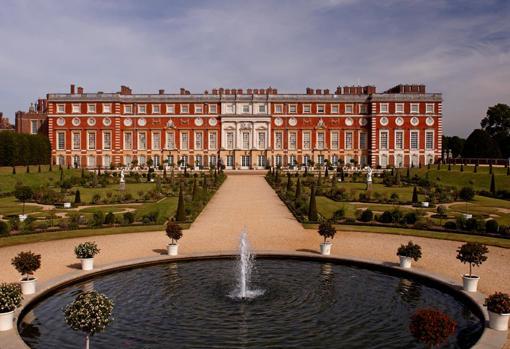 Palacio de Hapton Court de Enrique VIII, en Londres, tenía que ser evacuado en constantes ocasiones para poder limpiar los montículos acumulados de desechos humanos