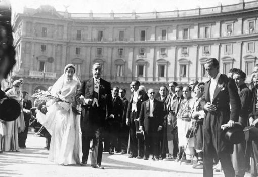 El Rey Alfonso XIII asiste a la boda de Don Juan de Borbón en Roma con Doña María de las Mercedes.