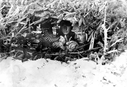Dos hombres camuflados entre la helada vegetación en plena campaña