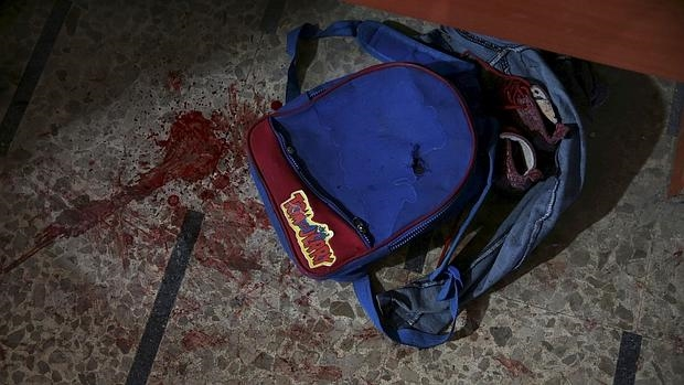 Mochila de un escolar sirio herido en bombardeos sobre el suburbio de Douma, en Damasco