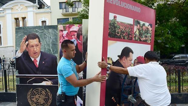 Retirada de imágenes de Hugo Chávez de la Asamblea Nacional venezolana, en Caracas