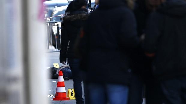 El cadáver del atacante yace en el suelo tras ser abatido por la policía ante una comisaría de París