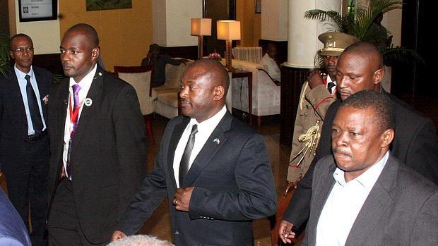 Pierre Nkurunziza (centro), escoltado en mayo de 2015 en Tanzania