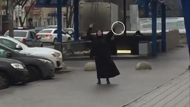 La mujer, que podría estar drogada, fue detenida cerca de una estación de metro
