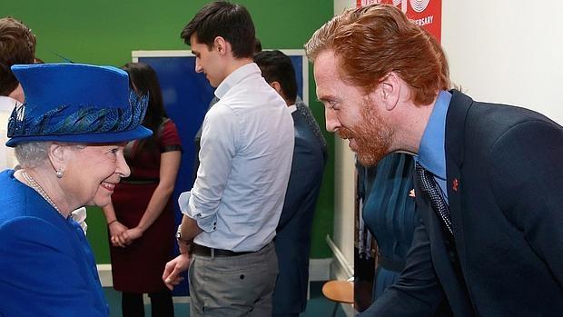 Isabel II recibe el saludo del actor Damien Lewis durante un acto oficial este martes en Kennington, Londres