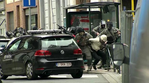 La policía belga detiene a un sospechoso este viernes en Molenbeek