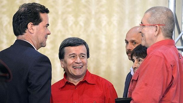El guerrillero del ELN «Pablo Beltrán« (c), con el negociador jefe del Gobierno colombiano Frank Pearl (i) y el también guerrillero Eliécer Herlinton Chamorro Acosta (d), este miércoles en Caracas