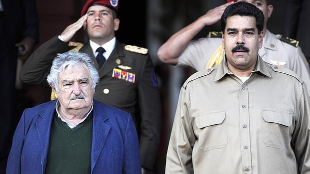 Nicolás Maduro y José «Pepe» Mujica (i), durante un acto oficial en el Palacio de Miraflores cuando el segundo era presidente de Uruguay