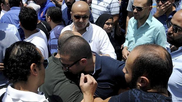 Dos personas se abrazan mientras familiares y amigos de las víctimas del avión desaparecido de EgyptAir se congregan este viernes para rezar en una mezquita próxima al aeropuerto de El Cairo