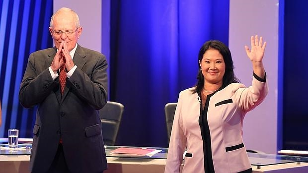 Pedro Pablo Kuczynski (i) y Keiko Fujimori (d) saludan a los asistentes al debate