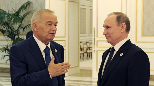 Putin (derecha) conversa con su compatriota de Uzbekistán Islam Karimoayer durante la cumbre de la SCO