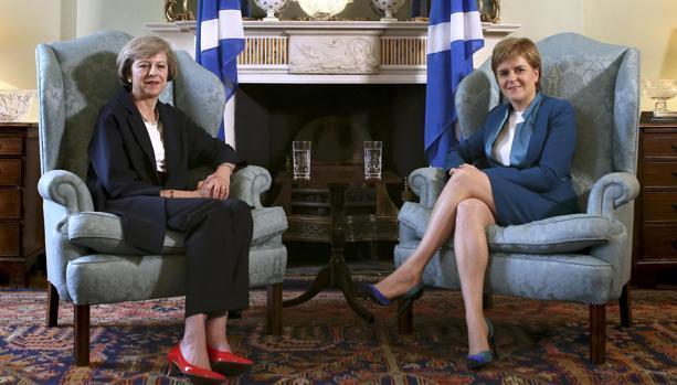Theresa May (i) y Nicola Sturgeon, este viernes en Edimburgo