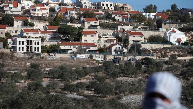 Un palestino protesta en frente del asentamiento israelí de Qadumim