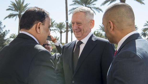 El secretario de Defensa de EE.UU., Jim Mattis(c), saluda al ministro iraquí de Defensa, Arfan al-Hayali (i), este lunes en Bagdad