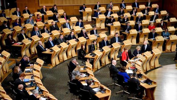 La primera ministra para Escocia, Nicola Sturgeon, en el centro, en el primer día de debate parlamentario en Edimburgo