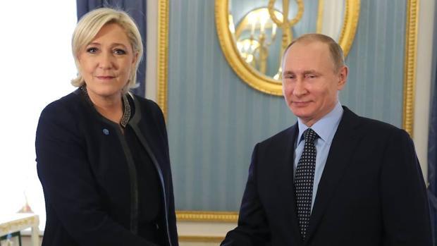 La líder de la extrema derecha francesa, Marine Le Pen, saluda al presidente de Rusia, Vladímir Putin