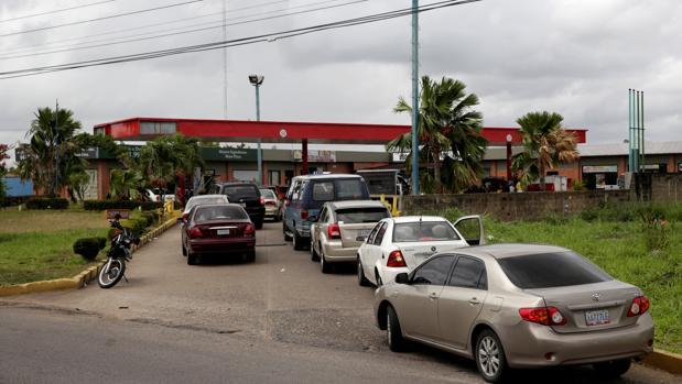 Colas inmensas de vehículos frente a una gasolinera de la estatal Petróleos de Venezuela (Pdvsa) en Maturin