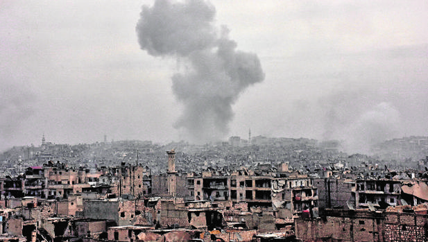 Bombardeo en la zona este de Alepo, ocupada por los rebeldes