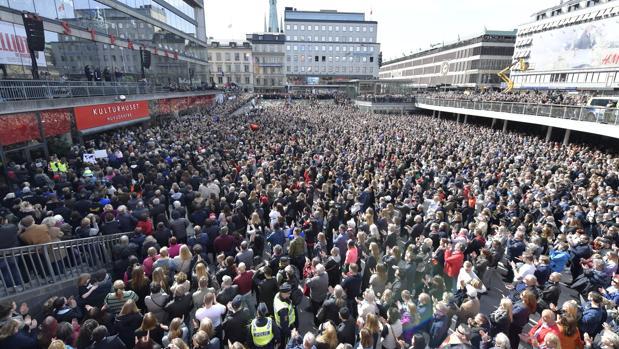 Miles de persona se han congregado en la calle Drottninggatan, donde tuvo lugar el atentado