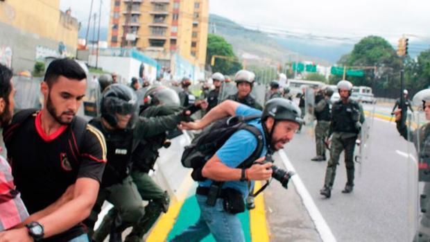 Agentes bolivarianos agreden a un fotoperiodista que cubre las protestas