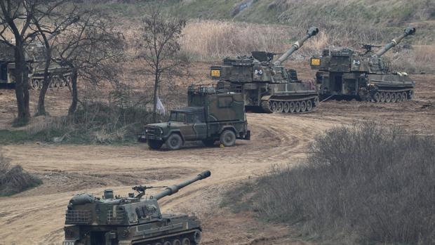Tanques K-9 y K-55 del Ejército de Corea del Sur permanecen posicionados en la ciudad fronteriza de Paju