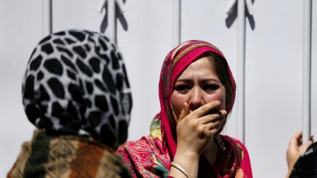 Familiares de las víctimas del último ataque en Kabul tras ser informadas en el hospital de la muerte de sus seres queridos