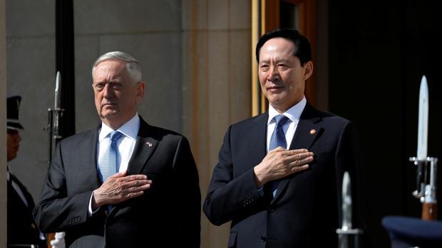 El secretario de Defensa estadounidense, James Mattis, y el ministro de Defensa surcoreano, Song Young-moo