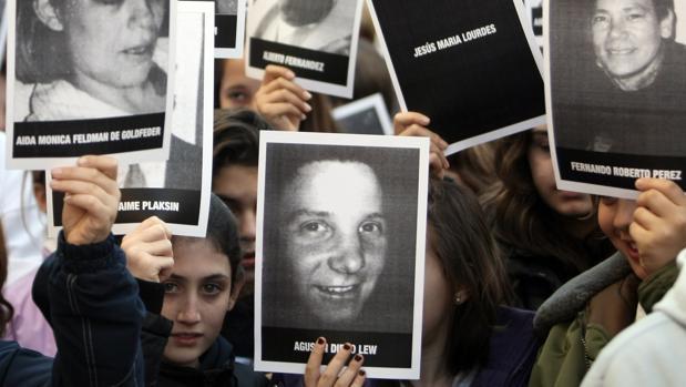 Miembros de la comunidad judía argentina en una concentración con motivo del quince aniversario de la matanza