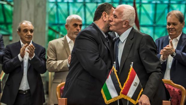 El representante de Hamás, Saleh al-Aruri (izquierda), y Azam al Ahmad, de Fatah, tras firmar el acuerdo