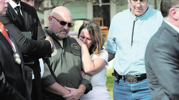 El pastor Frank Pomeroy, que perdió a una de sus hijas en el tiroteo, hoy junto a su mujer