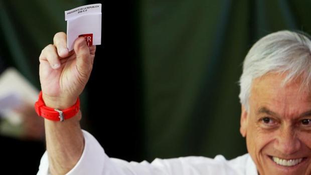 El expresidente chileno Sebastián Piñera votó este domingo en Santiago
