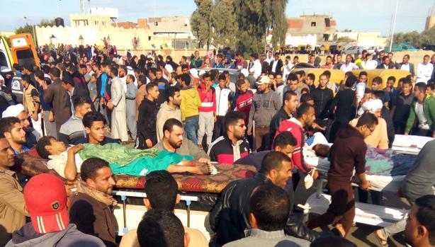 Egipcios trasladan a víctimas del atentado este viernes en la mezquita de Al Rawdah en el norte del Sinaí