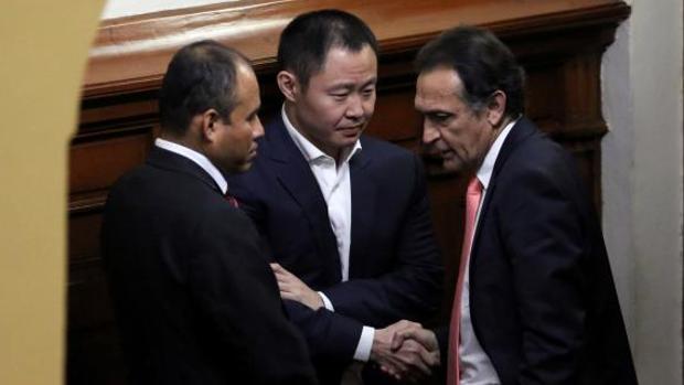 Kenji Fujimori y Héctor Becerril, del Partido Fuerza Popular, se estrechan la mano tras discutir, este jueves en el Congreso de Perú, durante la moción de censura contra el presidente Kuczynski