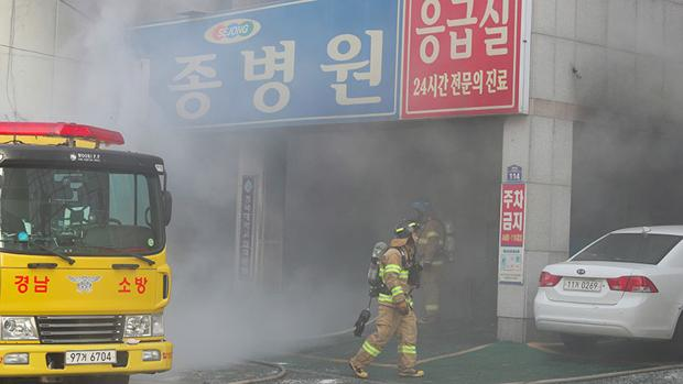 Vista exterior del hospital surcoreano incendiado
