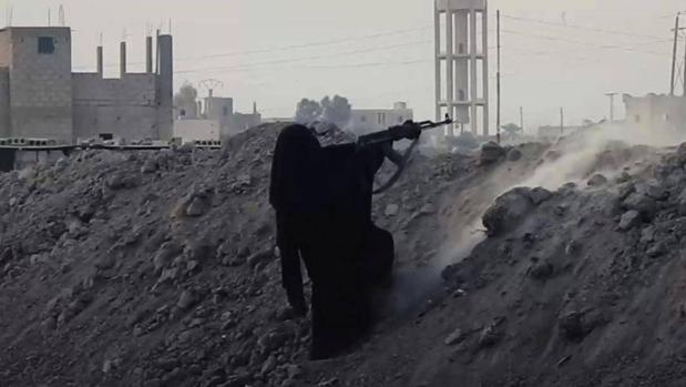 Captura del vídeo propagandístico de Daesh en el que se ve a una mujer disparando en el frente