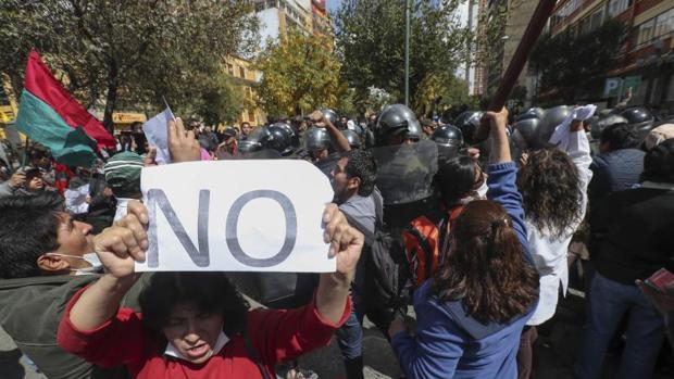 Policías intentan levantar el bloqueo levantado por manifestantes, este miércoles en La Paz
