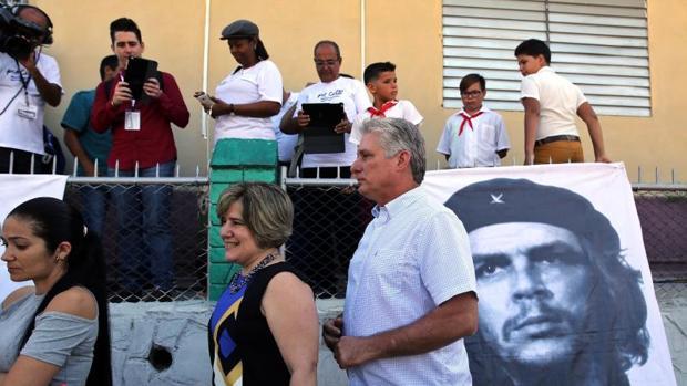 El primer vicepresidente de Cuba, Miguel Díaz-Canel, hace cola junto a su mujer para votar este domingo en Santa Clara