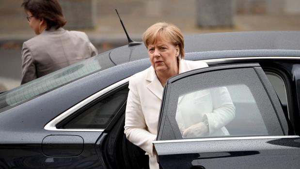 La canciller alemana, Angela Merkel, llega al Bundestag para asistir a su pleno de investidura en Berlín