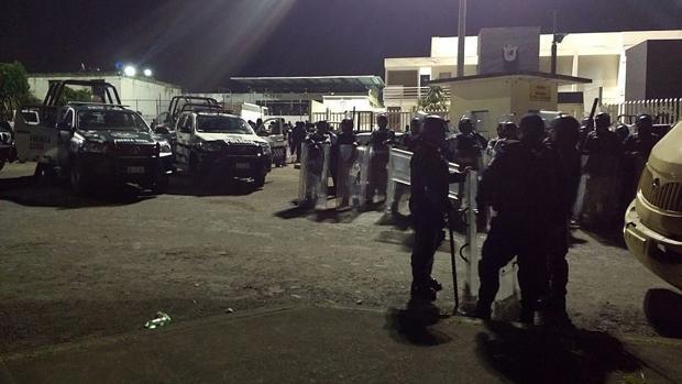 Policías Federales vigilan las inmediaciones del penal La Toma en la madrugada de este domingo, en Amatlán, en el estado mexicano de Veracruz