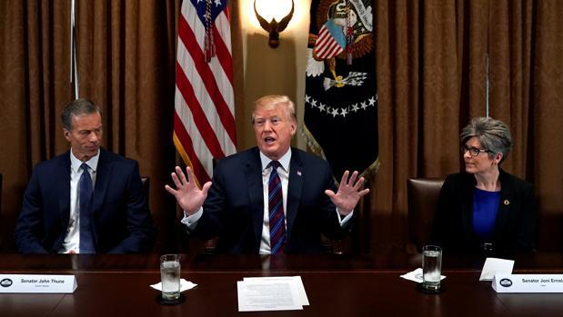 El presidente Trump habla durante un encuentro con gobernadores y miembros del Congreso en la Casa Blanca