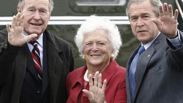 Bárbara Bush cercada a si izquierda por su marido, George H. W. Bush y, a la derecha por su hijo, George W. Bush