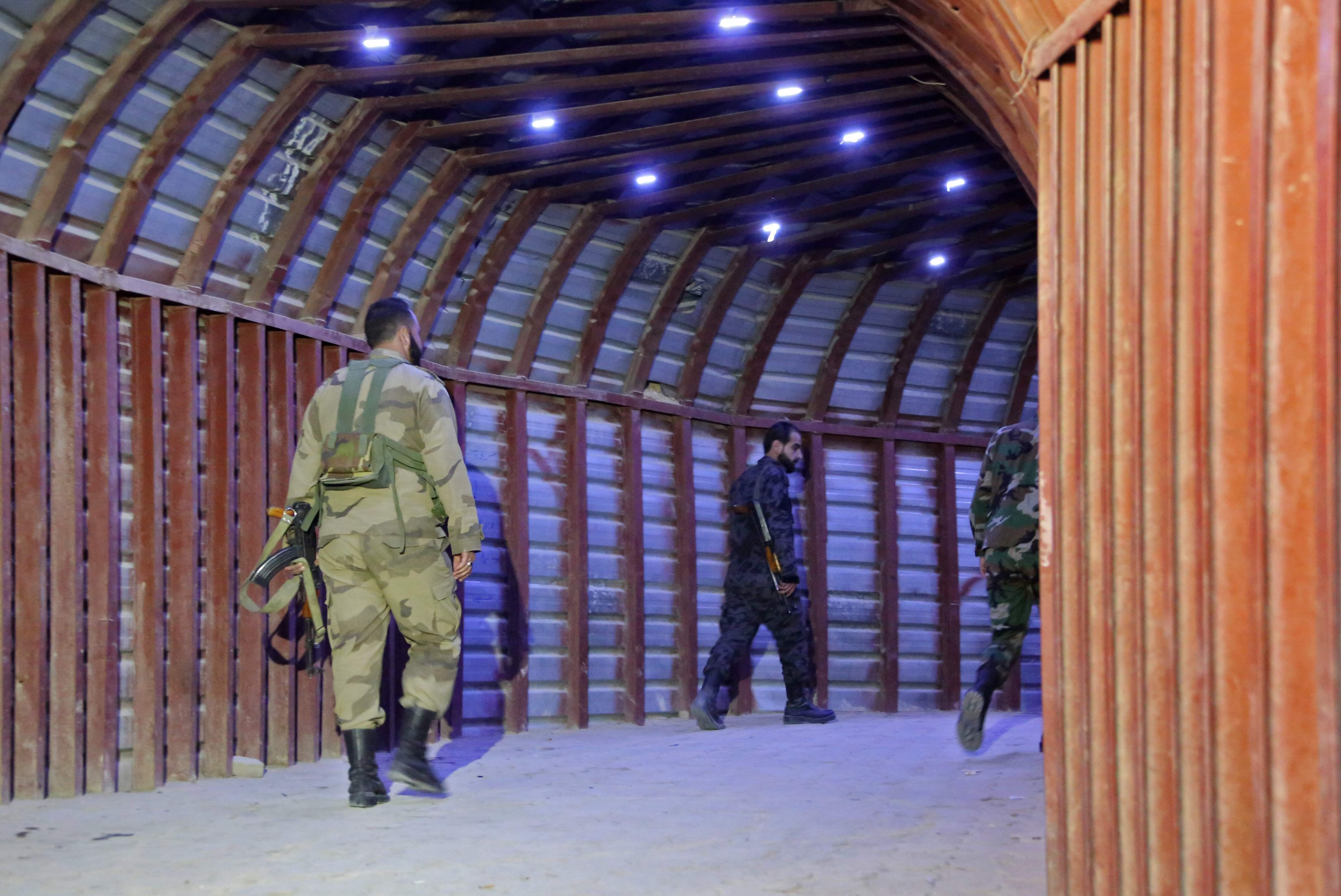 Soldados sirios caminan por los túneles de Guta Oriental